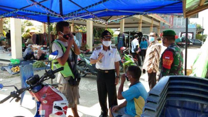 Camat Kapuas bersama personel TNI/ Polri melakukan sosialisasi prokes di sejumlah tempat keramaian di Kecamatan Kapuas.