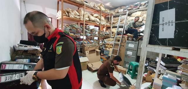 Tim penyidik Kejaksaan saat menggeledah kantor BRI Unit Tayan Hilir.
