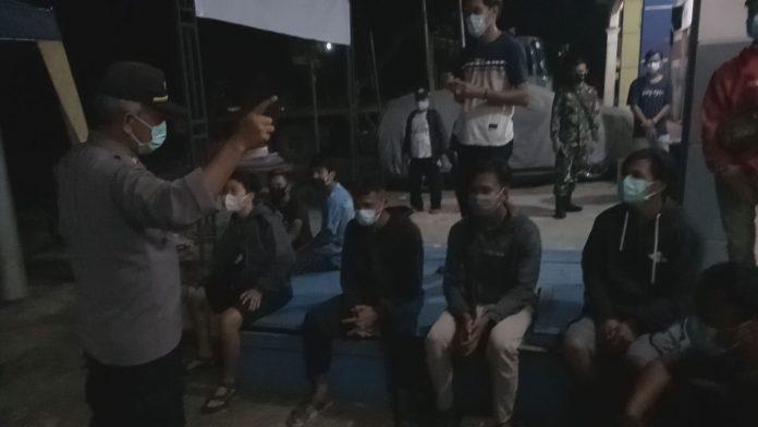Satgas Covid-19 Kabupaten Sanggau saat memergoki sejumlah anak muda yang melanggar PPKM karena nongkrong diatas pukul 21.00 Wib.