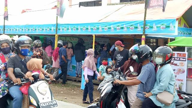 Warga terlihat ramai mencari makanan dan minuman untuk betbuka di salah satu pasar Juadah di Kota Sanggau.