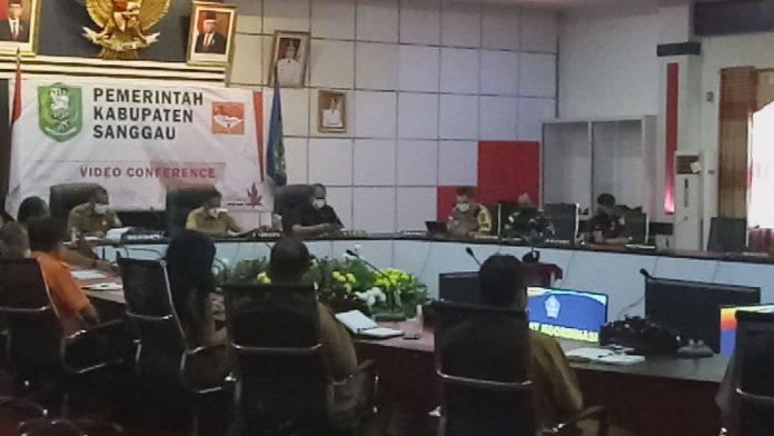 Bupati Sanggau memimpin rapat terkait Disporapar menerapkan WFH lantaran diketahui satu orang ASN positif covid-19