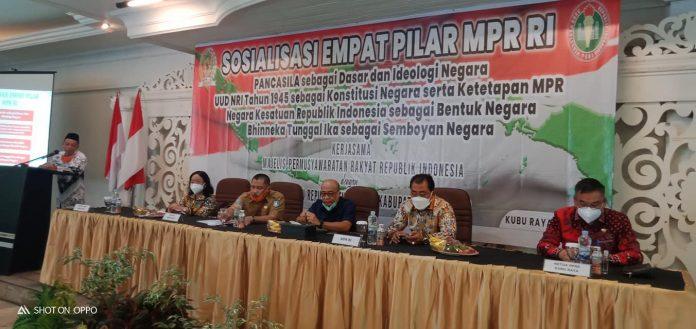 Anggota MPR, DPD dan DPR RI sosialisasikan empat pilar kepada para guru yang tergabung dalam PGRI Kubu Raya.