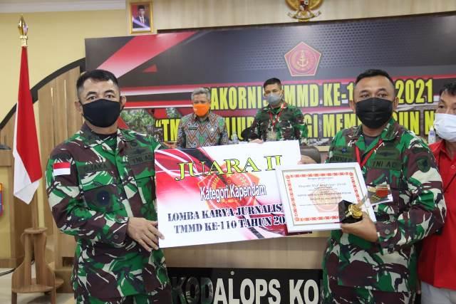 Tropi dan piagam penghargaan dari Kasad, Jenderal TNI Andika Perkasa diserahkan oleh Kasdam XII/Tpr, Brigjen TNI Djaka Budhi Utama kepada Kapendam XII/Tpr, Letkol Inf Hendra Purwanasari.