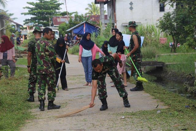 Personel Ajendam XII/ Tpr bersama warga gotong royong membersihkan perkampungan di sekitar Kantor Ajendam XII/ Tpr Jalan Adi Sucipto Sui Raya.