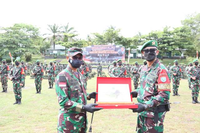 Pangdam memberikan penghargaan kepada Yonif 642/Kps yang diterima Komandan Yonif 642/Kps Letkol Inf Alim Mustofa