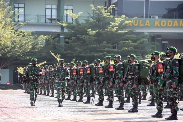Pangdam XII/ Tpr saat memeriksa pasukan Yonif 144/JY yang akan bertugas mengamankan sektor timur Kalbar menggantikan Yonif 407/PK yang sudah selesai masa tugasnya.