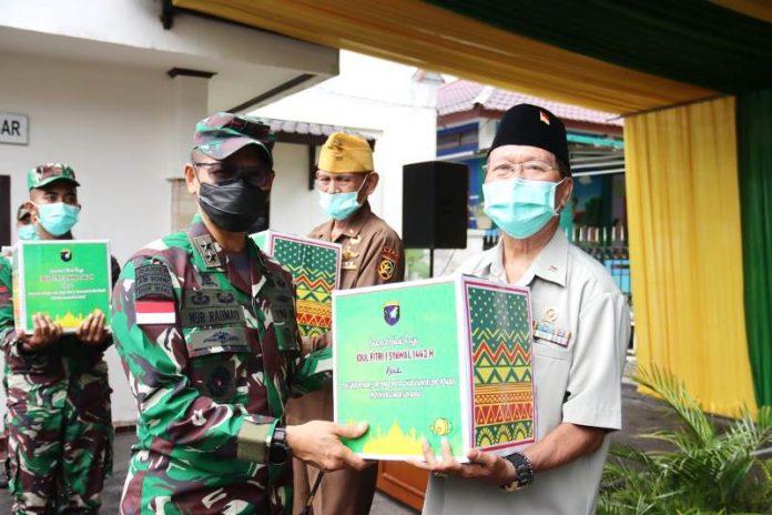 Panglima Kodam XII/Tanjungpura, Mayjen TNI Muhammad Nur Rahmad memberikan bingkisan Idulfitri kepada keluarga besar TNI (KBT).
