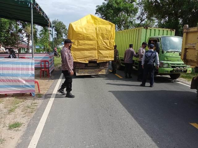 Personel gabungan saat melaksanakan pemeriksaan terhadap kendaraan dalam rangka melakukan pengawasan terhadap larangan mudik yang telah diberlakikan