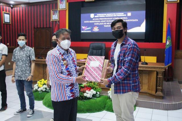 Bupati Sanggau menyerahkan hadiah kepada pemenang lomba