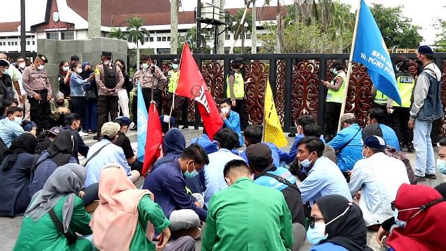 Gabungan mahasiswa dari berbagai elemen dan OKP saat demo ke Kantor Gubernur terkait larangan mudik.