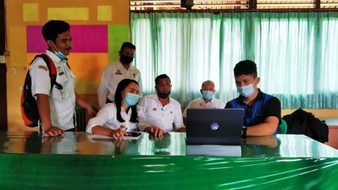 Diskominfo Sanggau ketika menyampaikan tentang pemanfaatan website di kecamatan untuk publikasi dan pelayanan publik di Entikong.
