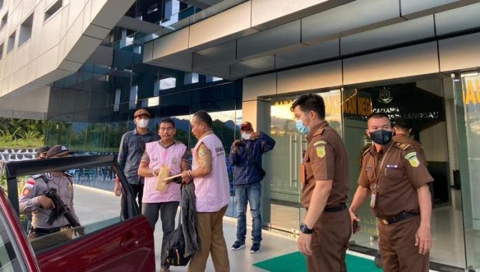 Tersangka saat dibawa penyidik Kejaksaan Negeri Sanggau ke Rutan Kelas II B Sanggau, Senin (3/5) sore