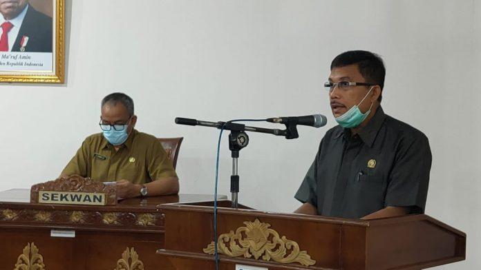 Ketua Pansus LKPJ DPRD Kubu Raya Lendeng Syahrani saat membacakan rekomendasi pansus