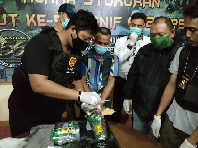 Tim gabungan saat memeriksa sabu asal Malaysia yang akan diselundupkan melalui perbatasan di Entikong.