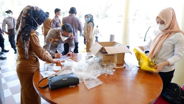 Kapolres Kubu Raya saat pendaftaran untuk ikuti tes GeNose.