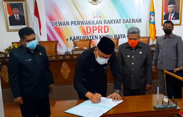 Ketua DPRD Kubu Raya Agus Sudarmansyah saat tanda tangan Perda APBD 2021 waktu lalu.