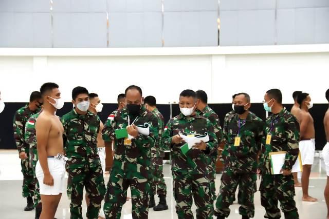 Sidang Parade Tingkat Subpandasus XII/Tpr Pontianak Penerimaan Calon Taruna Akmil saat memeriksa peserta.
