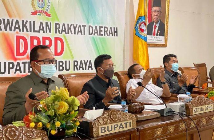 Wakil Bupati Kubu Raya bersama pimpinan DPRD saat rapat paripurna Pandangan Umum Fraksi-fraksi di DRPD terhadap Raperda Laporan Pertanggungjawaban APBD TA 2020
