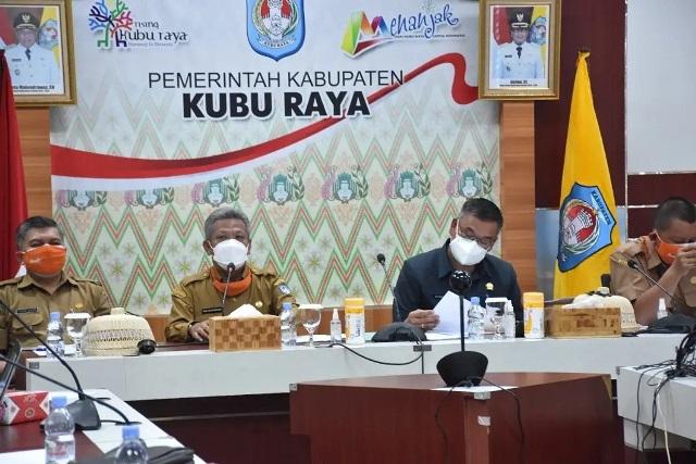 Bupati Kubu Raya bersama Ketua DPRD dan Sekda saat memimpin rapat dengan OPD terkait.