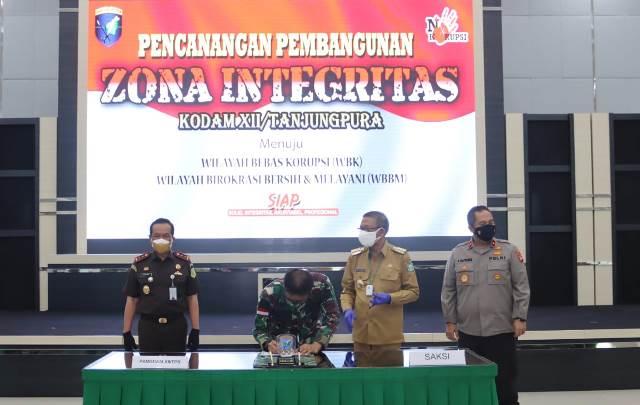 Penandatanganan komitmen bersama dan penandatanganan Pakta Integritas oleh Pangdam XII/Tpr dan Gubernur Kalbar, didampingi Kajati Kalbar dan Wakapolda Kalbar.