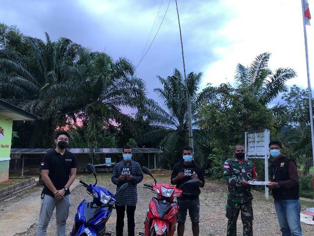 Dua unit kendaraan jenis sepeda motor roda dua asal Malaysia berikut pengendaranya diamankan Satgas Pamtas Yonif Mekanis 643/Wns Pos Segumun