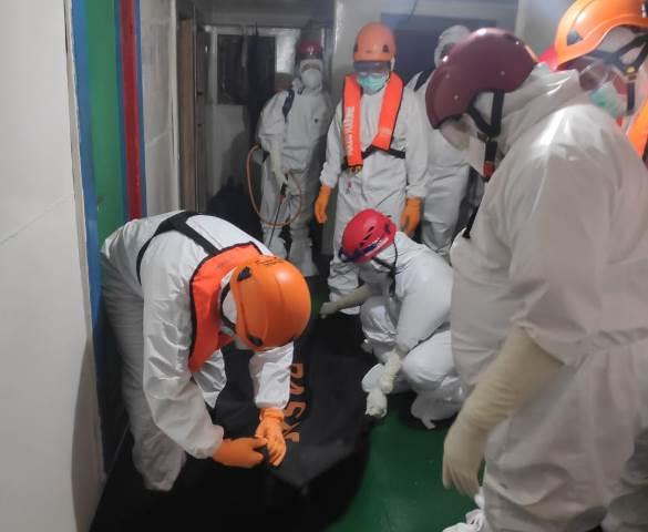 Petugas sedang melakukan evakuasi terhadap almarhum yang meninggal dunia di dalam kapal.