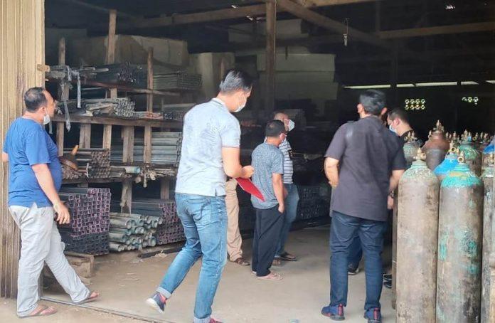 Petugas kepolisian saat menggrebek sebuah toko bangunan di Kecamatan Parindu yang diduga melakukan penimbunan oksigen.