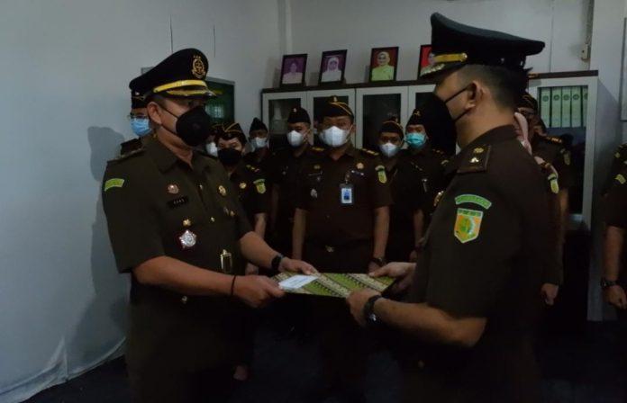 Kepala Kejari Sanggau sertijab Kepala Seksi Intel Kejaksaan Negeri (Kejari) Sanggau Rans Fismy yang dimutasi ke Kejari Lebak Banten