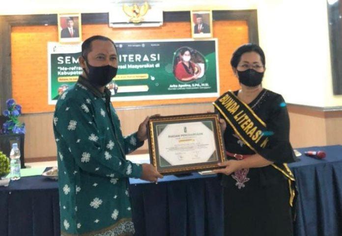 Bunda Literasi saat menerima penghargaan dari pada HMI Kabupaten Sanggau.