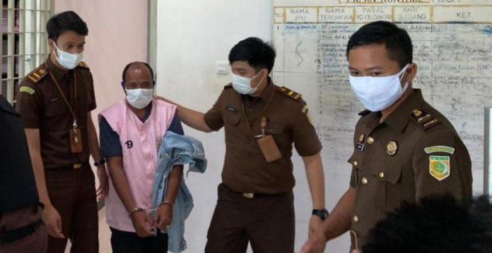 Penyidik Kejaksaan Cabjari Entikong saat menggiring tersangka FY ke rumah tahanan Sanggau, Rabu (21/7).