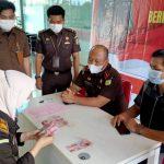 Bendahara Kantor Cabang Kejaksaan Negeri Sanggau di Entikong menerima penitipan uang pengganti dari Keluarga terdakwa.