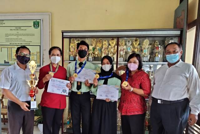 Siswa dan Siswi SMAN 2 Sanggau Adinda Aisyah Nindyani dan Dustin Raka Widiananta Aslam befoto bersama para Guru SMAN 2 Sanggau.