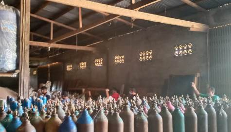 Polisi yang menggrebek toko bangunan dan gudang di Kecamatan Parindu yang diduga menimbun oksigen.