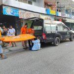 Petugas melakukan evakuasi korban yang meninggal dunia saat bermain biliar.