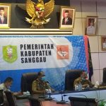 Wakil Bupati Sanggau saat rapat vicon dengan Presiden RI Joko Widodo terkait pelaksanaan vaksinas dan PPKM Mikro