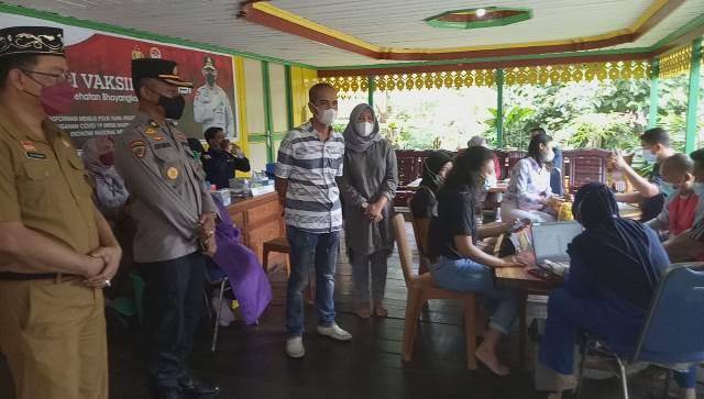 Warga dari berbagai kalangan ikut serta dalam vaksinasi massal di Istana Surya Negara Sanggau bekerja sama dengan Polres dan Dinas Kesehatan