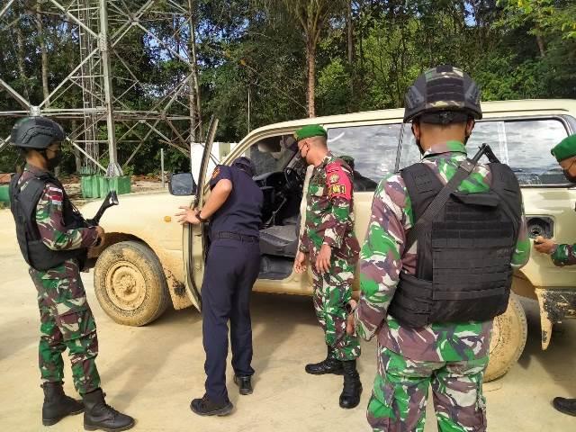 Petugas sedang melakukan pemeriksaan terhadap mobil Malaysia yang diberhasil diamankan saat akan diselundupkan ke Indonesia