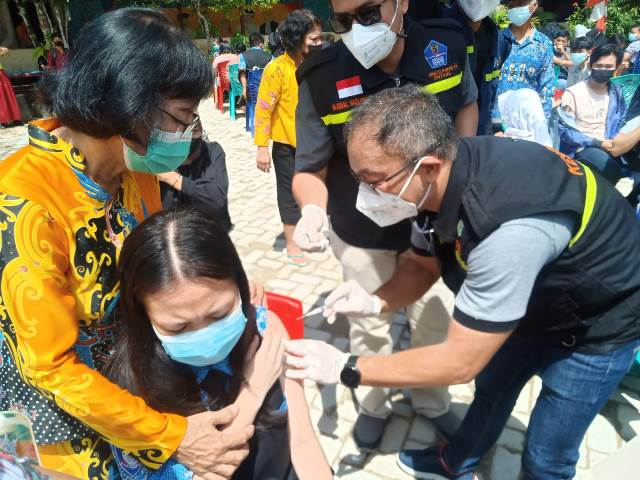 Kepala Dinas Kesehatan Sintang, Harysinto Linoh turun langsung melakukan penyuntikan menjadi vaksinator tunggal.