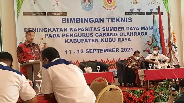 Ketua DPRD Kubu Raya saat menghadiri bimtek peningkatan kapasitas SDM pada pengurus cabang olahraga yang diselenggarakan KONI Kubu Raya