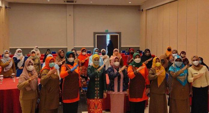 Bunda PAUD Kubu Raya bersama pengajar PAUD foto bersama saat bimtek PAU.