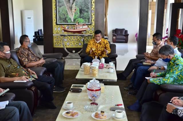 Bupati Kayong Utara meminta perusahaan menyalurkan CSR nya saat bertemu dengan perwakilan PT Lima Srikandi Jaya