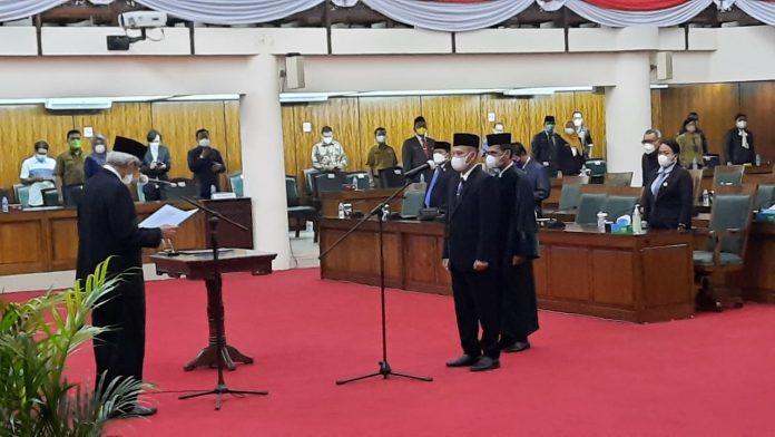 Ketua DPRD Kalbar saat melantik PAW Rasmidi menggantikan Masdar yang juga dari dapil Ketapang - Kayong Utara karena meninggal dunia