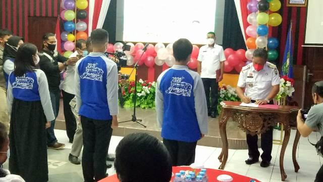Bupati Sanggau saat mengukuhkan Forum Anak Daerah Sanggau bertepatan dengan peringatan Hari Anak Nasional (HAN).
