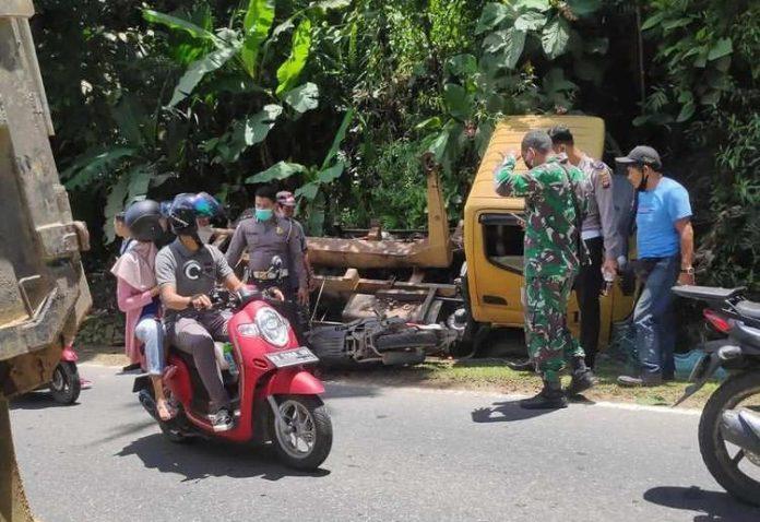 Kondisi truck milik Dinas Lingkungan Hidup yang nyungsep ke Parit usai laka lantas dengan sepeda motor.