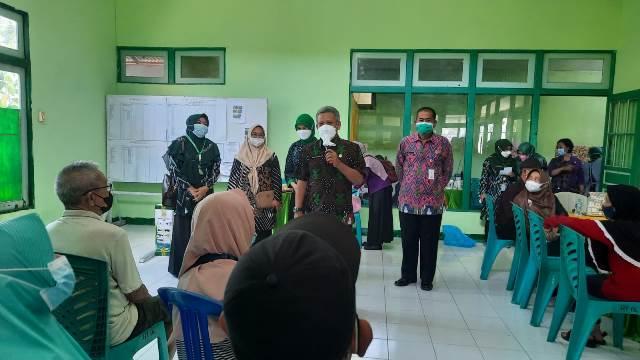 Bupati Kubu Raya saat meninjau vaksinasi bumil dan lansia di Desa Sui Raya Dalam
