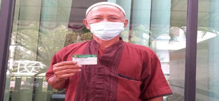 Abdullah (63) peserta JKN-KIS yang bekerja sebagai seorang petani di Setapuk Singkawang mengandalkan Kartu Indonesia Sehat (KIS) setiap kali menghadapi permasalahan kesehatan.