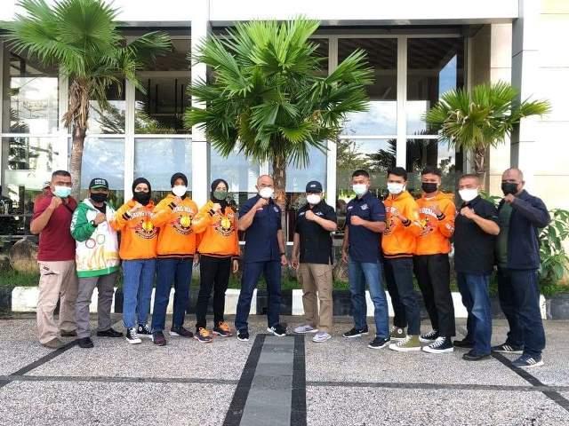 Lima atlet tarung derajat saat dilepas oleh Ketua Umum Pengprov Kodrat Kalbar menuju PON XX di Papua