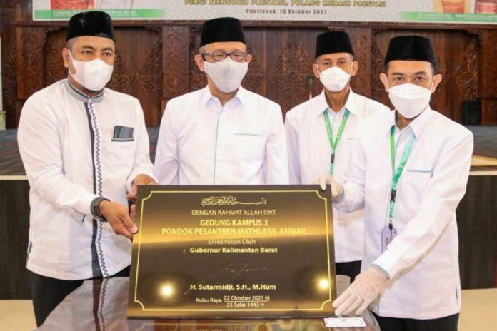 Gubernur Kalbar saat melepas kafilah Kalbar yang akan mengikuti STQ Nasional XXVI di Maluku Utara