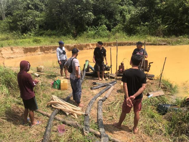 Penertiban aktifitas Pertambangan Emas Tanpa Ijin (PETI) di Dusun Rabang Penabah Desa Jelundung Kecamatan Serawai berhasil menangkap empat orang pelaku