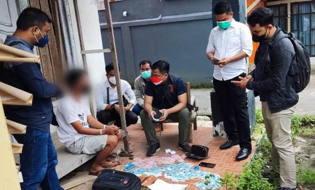 Polda Kalbar saat mengiterogasi pelaku yang akan memperkerjakan 18 orang korban Tindak Pidana Perdagangan Orang (TPPO) dengan modus Pekerja Migran Indonesia (PMI) secara ilegal